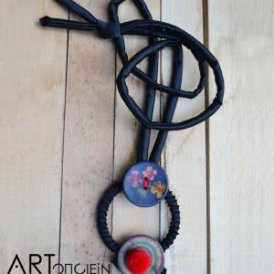 Μενταγιόν Κουμπάκια από την Ραχήλ Ανδρεάδου  Σατέν κορδόνι  Πλαστικά κουμπιά  Ύφασμα